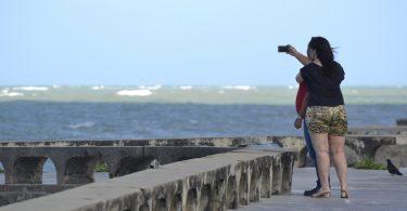 casal na praia depois de ler texto para pedir em namoro