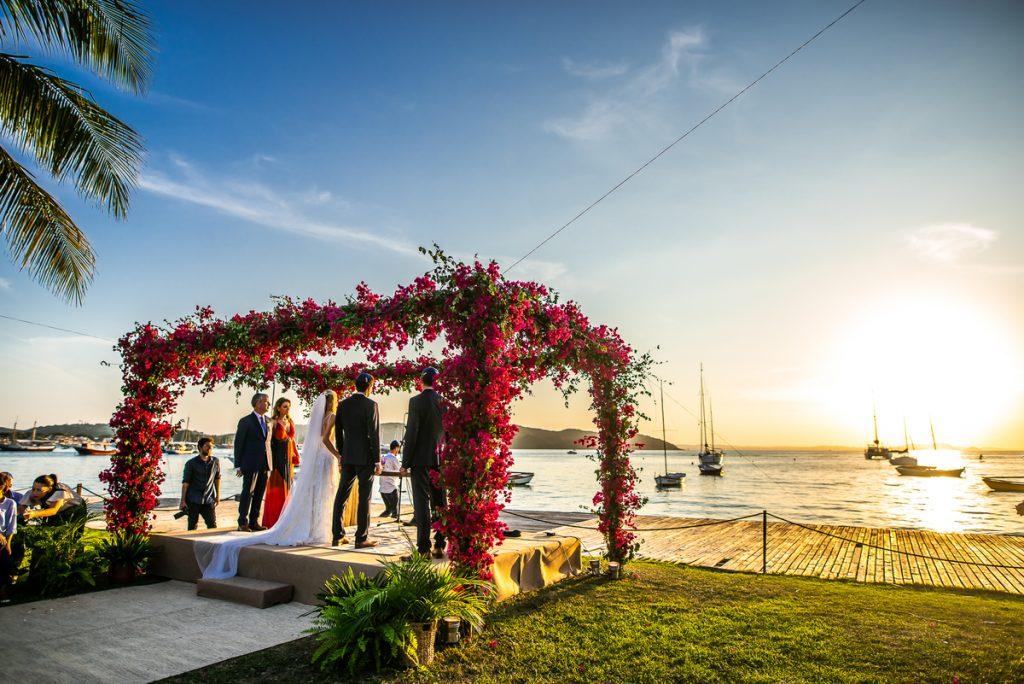 casal em celebração de casamento na praia