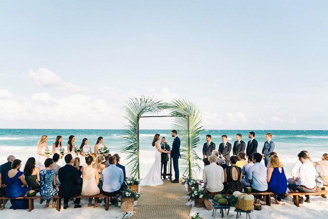 casal trocando votos em casamento na praia