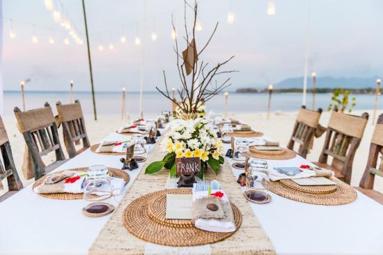 mesa dos convidados de casamento na praia