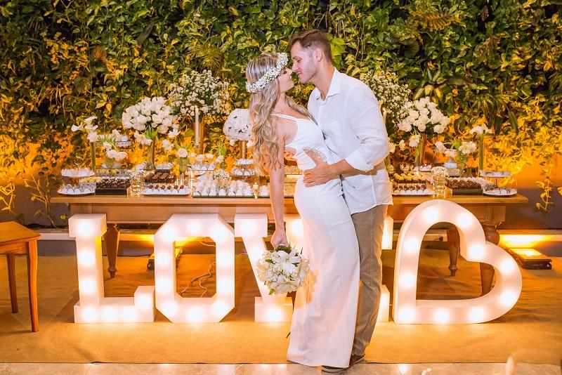 casal ao lado da mesa em seu mini wedding