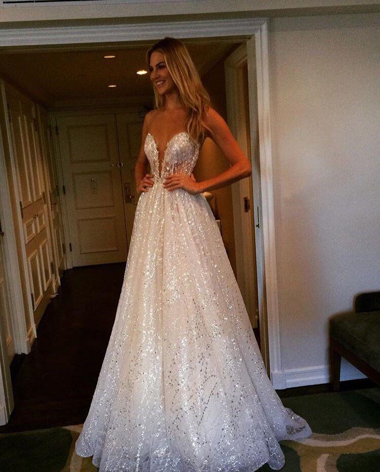 noiva provando vestido de noiva com brilho