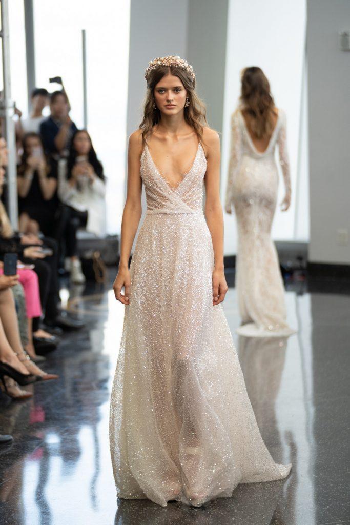 modelo na passarela com vestido de noiva com brilho