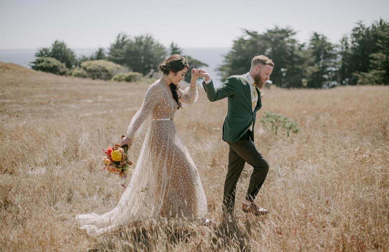 vestido de noiva com brilho em ensaio fotográfico no campo