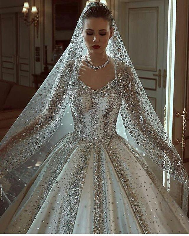 vestido de noiva com brilho com véu brilhoso