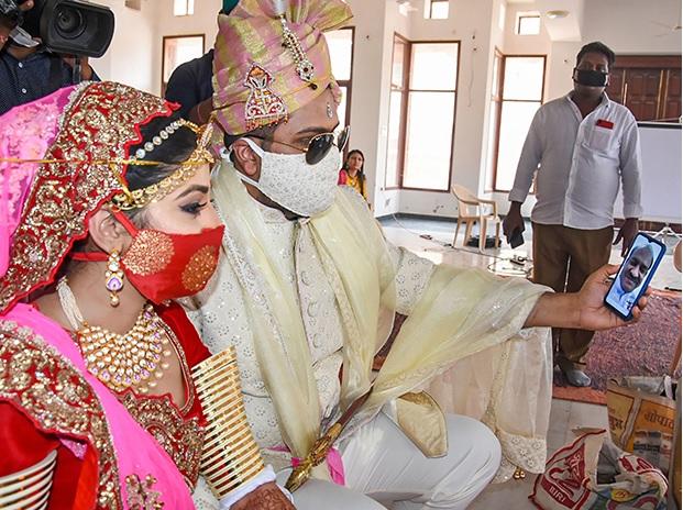 casamento com máscara na índia