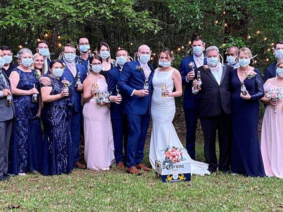 convidados em casamento com máscara