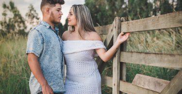 ensaio pré wedding em porteira de fazenda