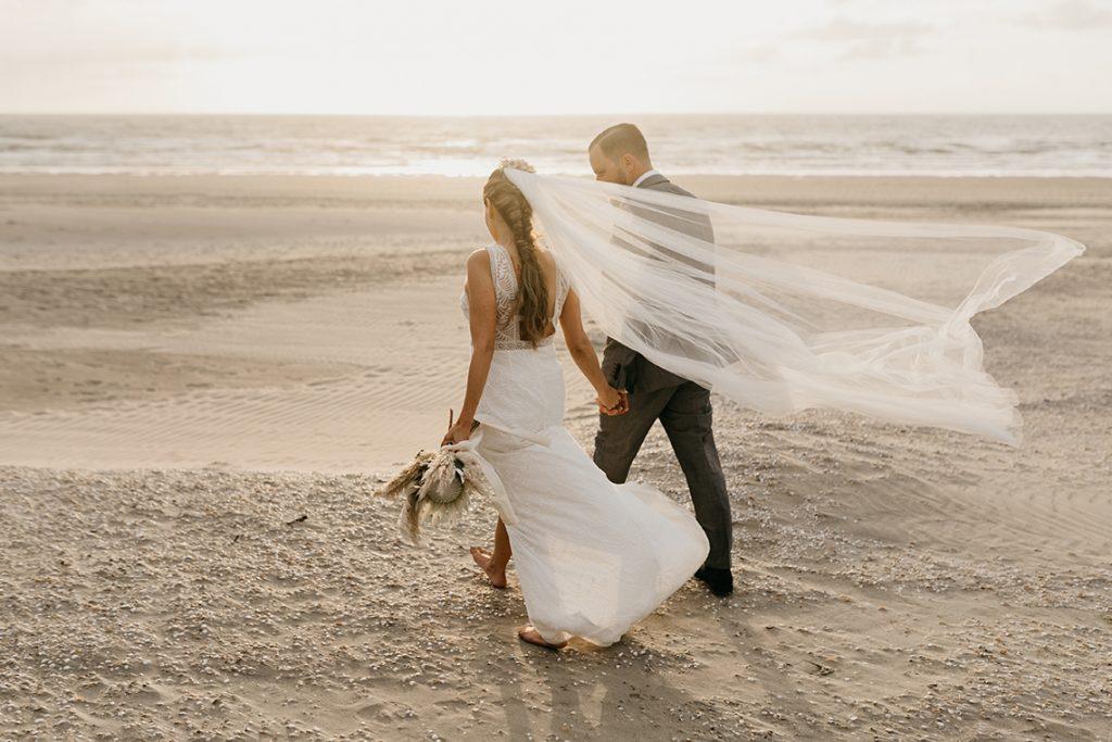 ensaio pré wedding andando na praia