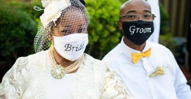 casal usando máscara contra a covid-19