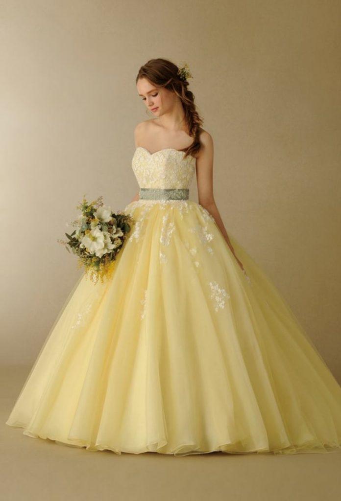 vestido de noiva amarelo com cinto prata