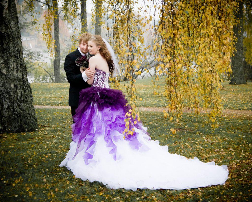 vestido de noiva roxo com calda branca