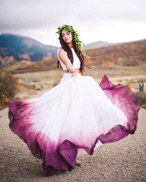 vestido de noiva roxo com babado branco