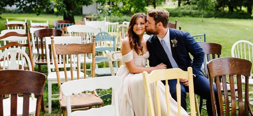 cadeiras para casamento no campo simples