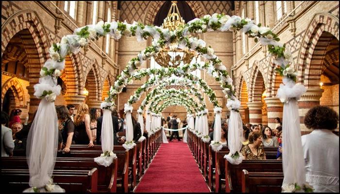 decoração do caminho até o altar com arco