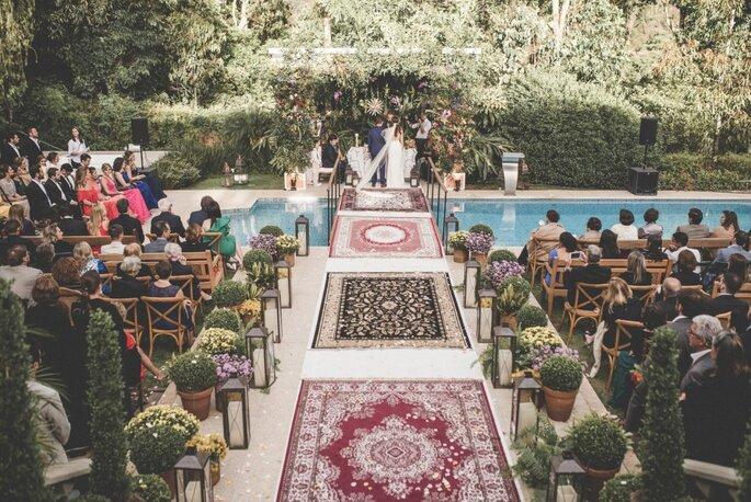 decoração do caminho até o altar com tapetes estampados