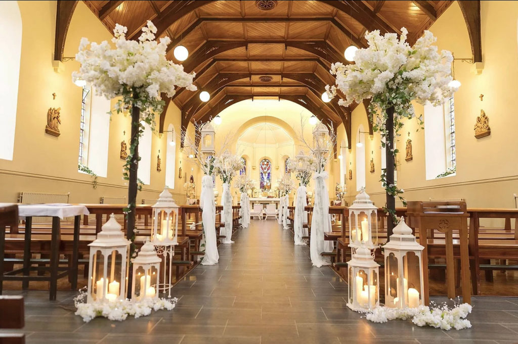 decoração do caminho até o altar com flores e velas