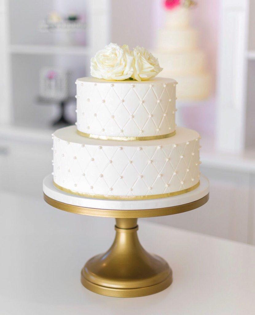 bolo de aniversário de casamento simples e branco