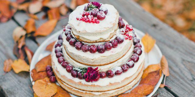 bolo de casamento com acerolas no topo
