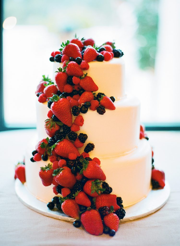 bolo de casamento com muitos morangos