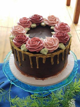 bolo de casamento de chocolate com flores