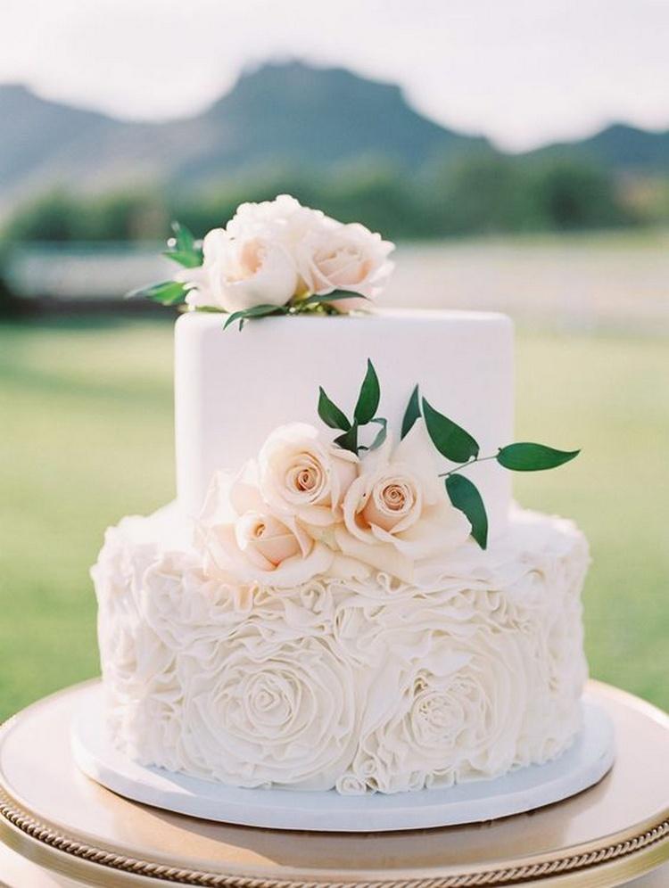 bolo de noivado 2021 com rosas brancas
